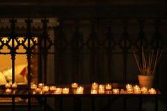 Kaarsen in een Katholieke kathedraal Royalty-vrije Stock Fotografie