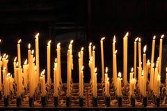 Kaarsen in een kerk royalty-vrije stock foto's