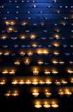 Kaarsen in een kerk stock foto's