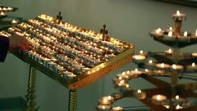 Kaarsen in een kerk stock videobeelden