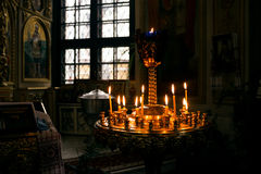 Kaarsen in een kerk Royalty-vrije Stock Afbeeldingen