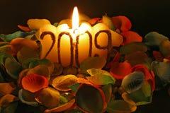 Kaarsen en bloemblaadjes Stock Foto's
