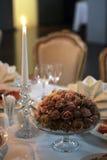 Kaarsen en bloemen op lijst Stock Foto