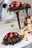 Kaarsen en bloemen op lijst Royalty-vrije Stock Fotografie