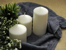Kaarsen en bloemen op lijst royalty-vrije stock afbeeldingen
