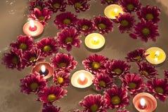 Kaarsen en chrysantenbloemen stock afbeelding