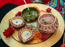 Kaarsen en henna voor mendhihuwelijk stock afbeeldingen