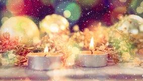 Kaarsen en Kerstmisdecoratie die met dalende sneeuw wordt gecombineerd