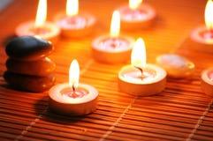 Kaarsen en kiezelstenen voor kuuroordSe Stock Afbeelding