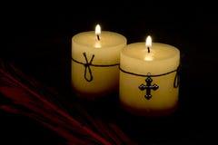 Kaarsen en kruis Stock Afbeeldingen