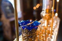 Kaarsen en lampclose-up Binnenland van Orthodoxe Kerk in Pasen Babydoopsel Ceremonie a in Christen Het baden royalty-vrije stock fotografie