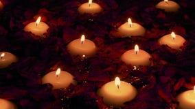 Kaarsen en Rose Petals Floating In Spa stock videobeelden