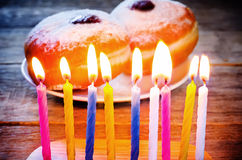 Kaarsen en verse doughnuts met jam Royalty-vrije Stock Foto's