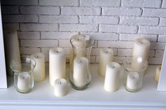 Kaarsen en witte open haard in de ruimte Stock Afbeeldingen