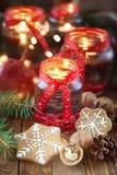 Kaarsen in glaskruiken met spar en peperkoekkoekjes Stock Afbeeldingen