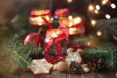 Kaarsen in glaskruiken met spar en peperkoekkoekjes Stock Afbeelding
