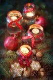 Kaarsen in glaskruiken met spar en peperkoekkoekjes Royalty-vrije Stock Afbeelding