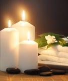 Kaarsen, handdoek en sering Stock Foto's