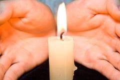 Kaarsen in handen Stock Fotografie