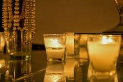 Kaarsen in het romantische plaatsen royalty-vrije stock afbeeldingen