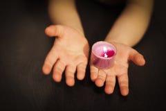 Kaarsen in hun handen Stock Afbeeldingen