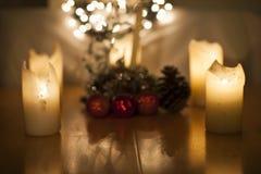 kaarsen, Kerstmislichten en decoratie stock afbeelding