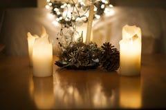 Kaarsen, Kerstmislichten en decoratie met groot graan royalty-vrije stock afbeeldingen
