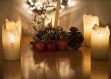 Kaarsen, Kerstmislichten en decoratie met groot graan stock foto