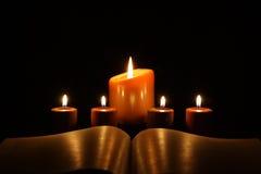 Kaarsen met boek Royalty-vrije Stock Foto's