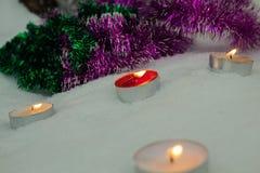 Kaarsen met een heldere vlam worden aangestoken die De winter feestelijke stemming stock foto's