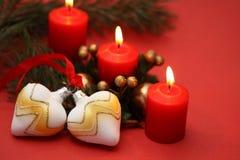 Kaarsen met Kerstmisballen stock afbeelding