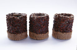 Kaarsen met koffiebonen op wit stock foto's