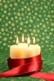 Kaarsen met lint op de achtergrond van Kerstmis Stock Afbeelding
