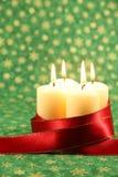 Kaarsen met lint op de achtergrond van Kerstmis Royalty-vrije Stock Afbeeldingen