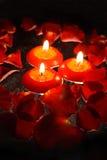 Kaarsen met roze bloemblaadjes _4 stock afbeeldingen