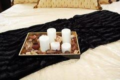 Kaarsen op bed Royalty-vrije Stock Afbeelding