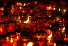 Kaarsen op begraafplaats Stock Fotografie