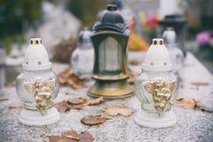 Kaarsen op de graven stock foto's