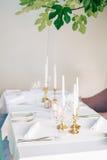 Kaarsen op de lijst in het restaurant Lijst die in een koffie plaatsen Royalty-vrije Stock Foto