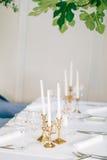 Kaarsen op de lijst in het restaurant Lijst die in een koffie plaatsen Stock Foto's