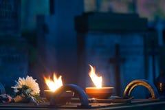 Kaarsen op een ernstige begraafplaats Royalty-vrije Stock Foto