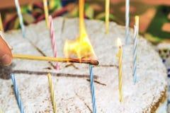 Kaarsen op een verjaardagscake Royalty-vrije Stock Foto's