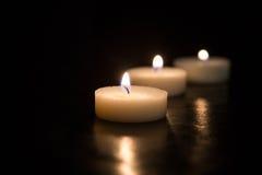 Kaarsen op een zwarte achtergrond Stock Foto