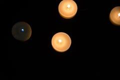 Kaarsen op een zwarte achtergrond Royalty-vrije Stock Afbeelding