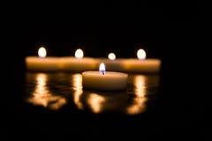 Kaarsen op een zwarte achtergrond Stock Foto's