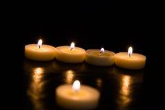 Kaarsen op een zwarte achtergrond Stock Fotografie