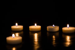 Kaarsen op een zwarte achtergrond Royalty-vrije Stock Fotografie