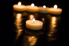 Kaarsen op een zwarte achtergrond Royalty-vrije Stock Afbeeldingen