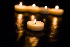 Kaarsen op een zwarte achtergrond Stock Afbeeldingen
