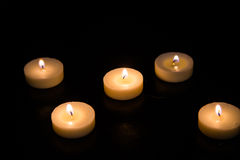 Kaarsen op een zwarte achtergrond Royalty-vrije Stock Foto